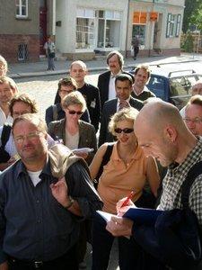 TeilnehmerInnen des Mobilen Fachtags vor dem rechtsextremen Geschäft in Wittstock (Foto: Aktionsbündnis)