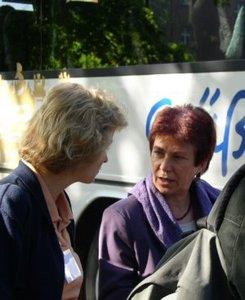 Justizministerin Beate Blechinger im Gespräch mit Dr. Martina Münch (SPD) (Foto: Aktionsbündnis)
