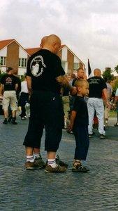 Papa und Sohn auf der Rudolf-Hess-Gedenkdemonstration in Wittstock 2004 (Foto: Opferperspektive)