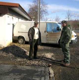Hörlitz: Mehmet Alatas und der Vermieter Albert Liesk an der Brandstelle
