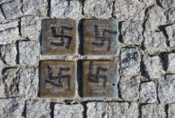 Mit Hakenkreuzen beschmierte Stolpersteine in Zossen